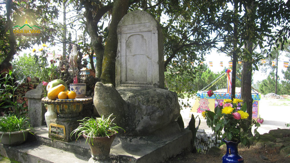 Bia đá trên lưng rùa khắc tên Sư Tổ Trúc Lâm Ma ha Sa môn Tuệ Bích Phổ Giác