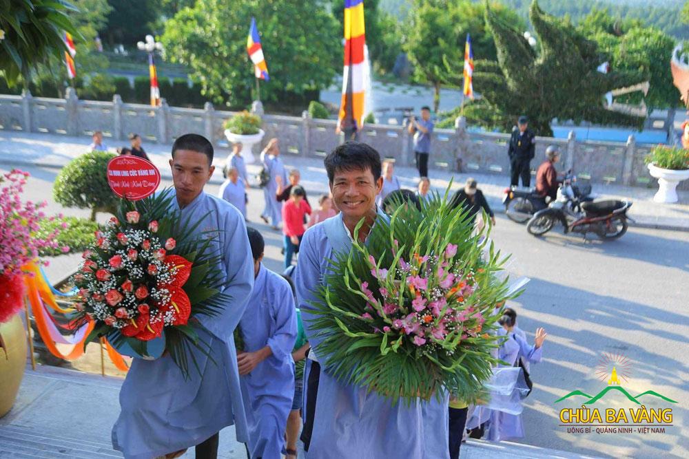 Phật tử hoan hỷ về chùa và cúng dường lên chùa những lãng hoa tươi thắm
