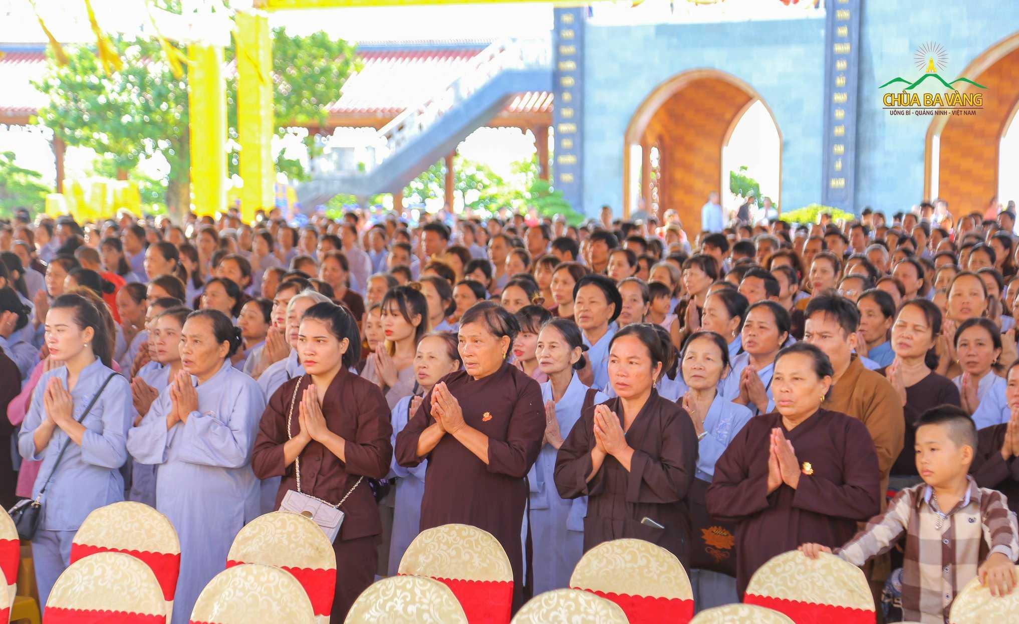 Phật tử trang nghiêm trong buổi lễ giỗ Tổ