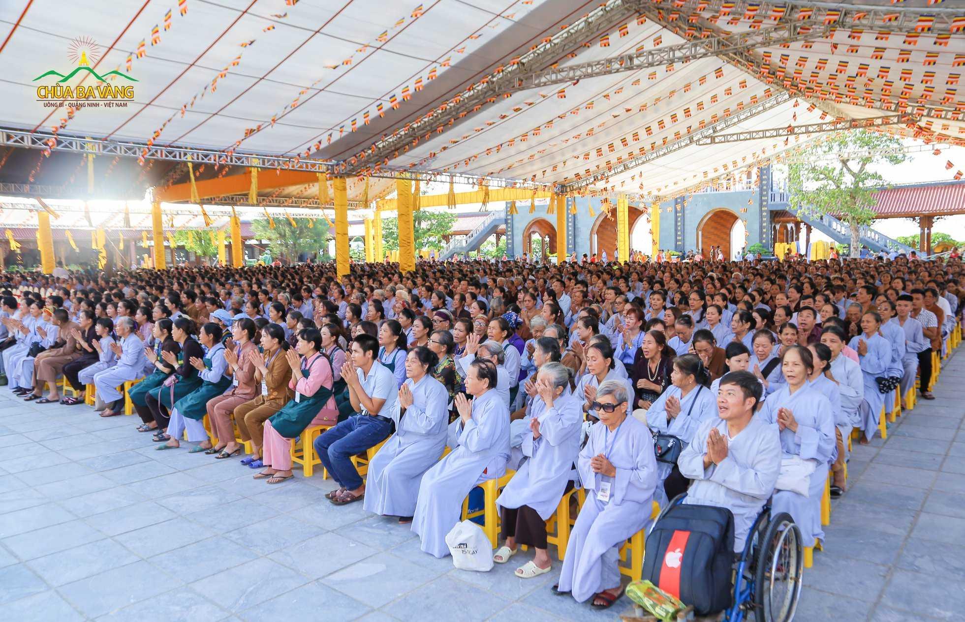 Phật tử về chùa tham dự đại lễ