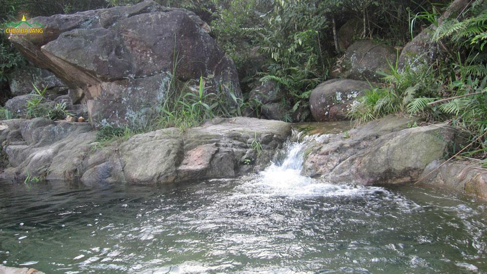 Con suối nhỏ tại núi Ba Vàng