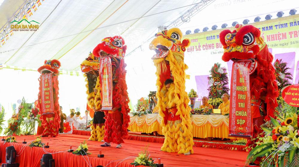 Tiết mục múa lân đặc sắc trong chương trình bổ nhiệm Trụ trì chùa Sộp tại Hải Dương