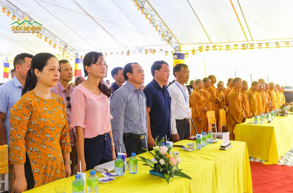Quý đại biểu tham dự trang nghiêm cử hành nghi lễ chào cờ và tưởng niệm tri ân
