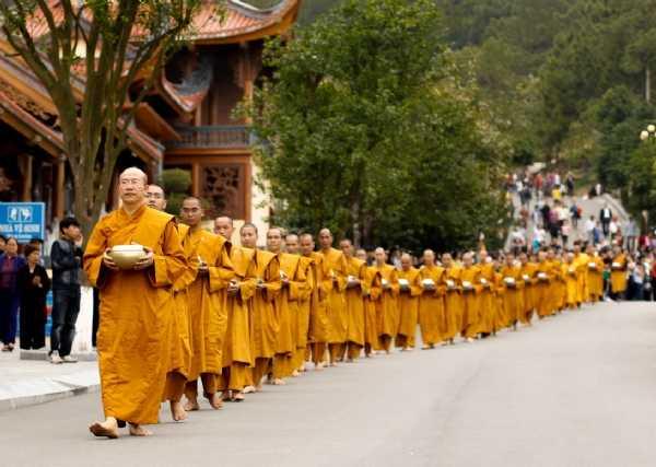 Chư Tăng chùa Ba Vàng ôm bát trì bình khất thực.