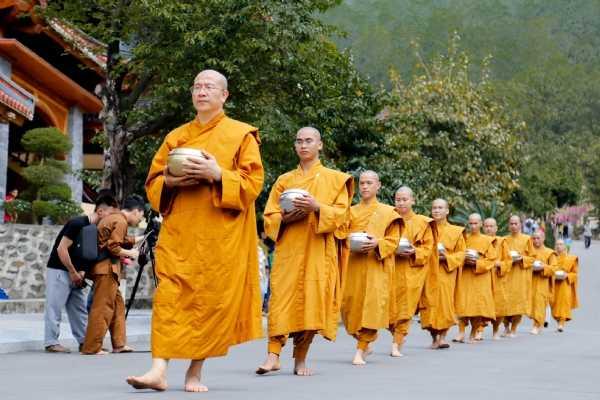 """Tăng đoàn chùa Ba Vàng """"trên vai mang bình bát - Đầu trần chân đạp đất"""" bước đi trong khuôn viên bổn tự."""