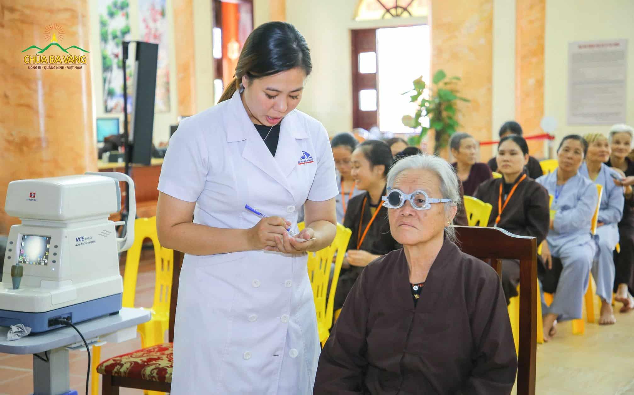 Đội ngũ y, bác sĩ nhiệt tình khám mắt và tư vấn cho các Phật tử cao tuổi