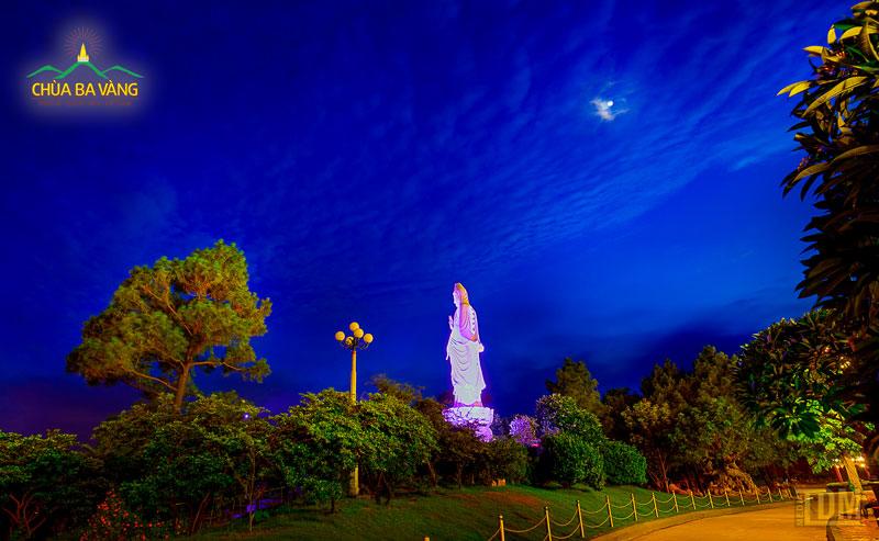 Tượng Bồ Tát Quán Thế Âm mỗi lúc đêm về rực sáng như một ngọn hải đăng