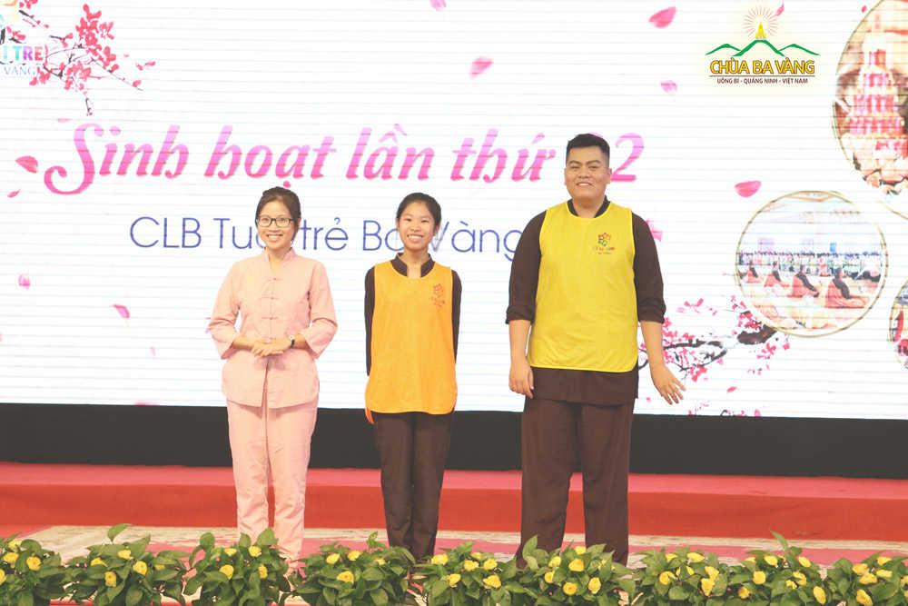 Các bạn trẻ chia sẻ về những chuyển hóa tốt đẹp từ khi biết đến Phật Pháp (bạn Trang bên trái ngoài cùng)