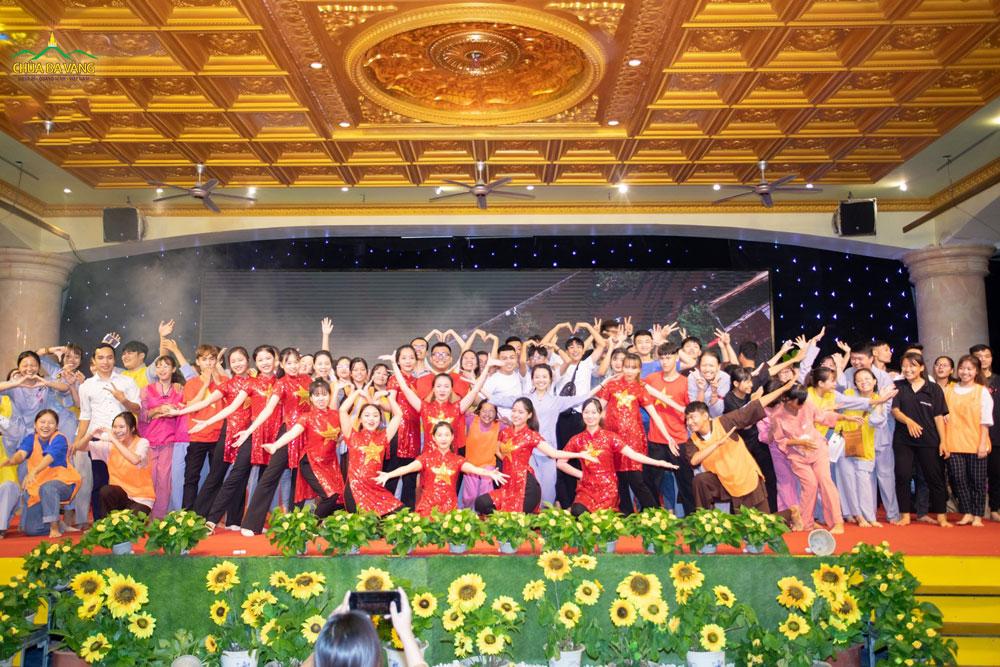 Các bạn trẻ chụp ảnh lưu niệm trong buổi sinh hoạt lần thứ 22 của Câu lạc bộ Tuổi trẻ Ba Vàng