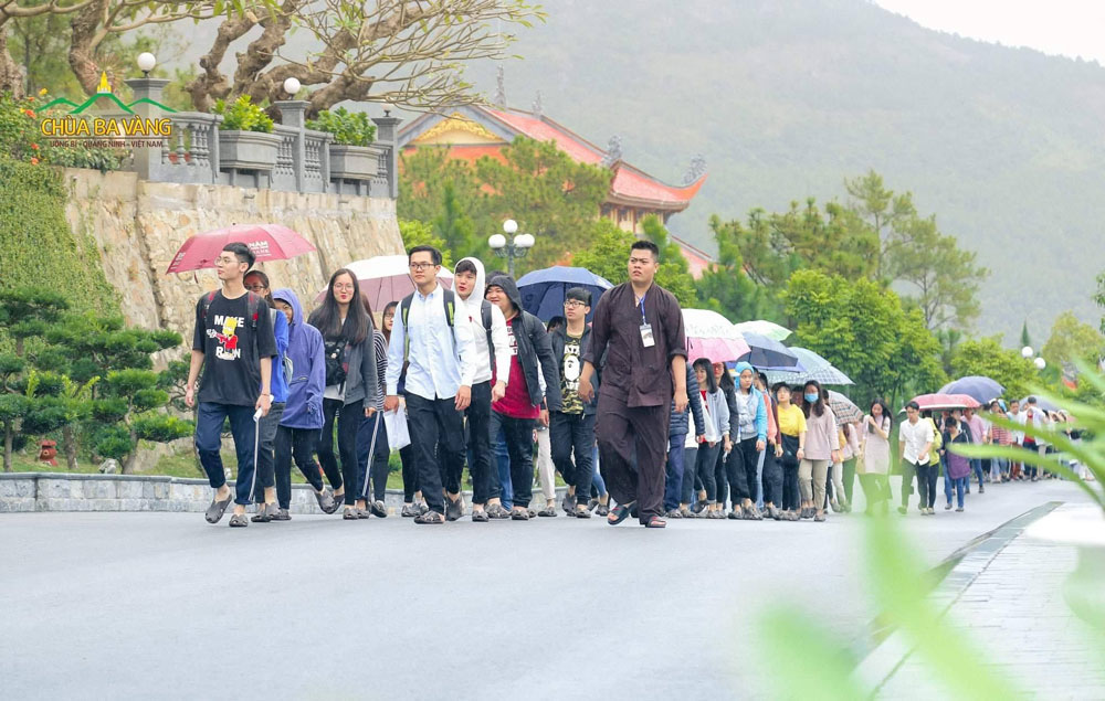 Bạn Trần Thành Long (Áo nâu) cùng các bạn khóa sinh đồng về tham dự chương trình tu học tại chùa định kỳ hàng tháng