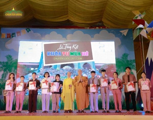 Thượng tọa Thích Thiện Văn và Đại đức Thích Trúc Thái Minh trao phần thưởng cho các nhóm đạt giải trong khóa tu.