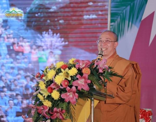 Sư Phụ Thích Trúc Thái Minh lên phát biểu trong buổi lễ bế mạc khóa tu mùa hè.