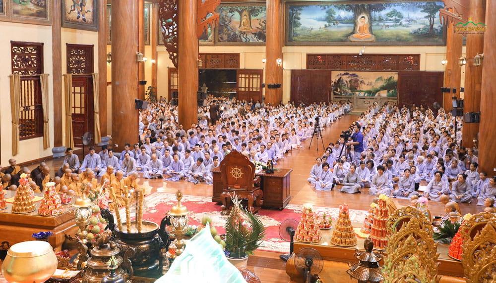 Đồng đảo Phật tử về chùa Ba Vàng tham dự thời khóa nghe Pháp tại Chính điện tầng 2