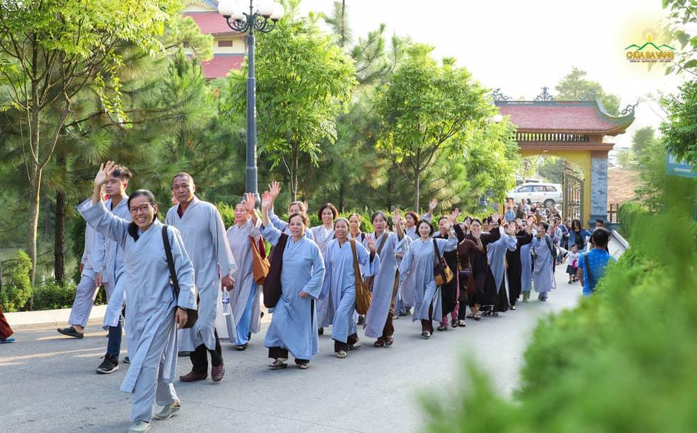 Các Phật tử ai ai cũng hân hoan khi được về chùa tham dự ngày tu bát quan trai giới
