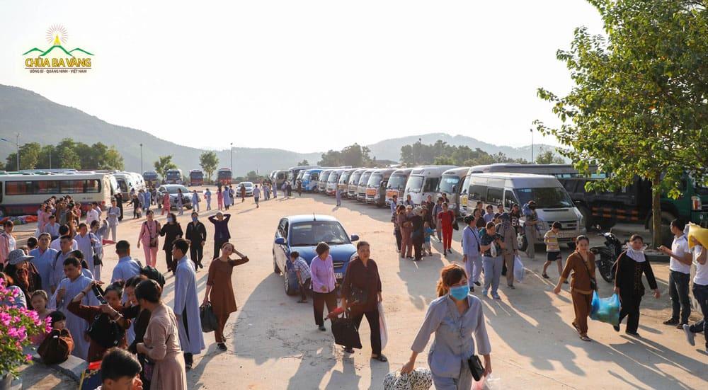 Ngay từ sáng sớm tại bãi xe số 6, đông đảo Phật tử và nhân dân thập phương về tham dự ngày tu bát quan trai giới