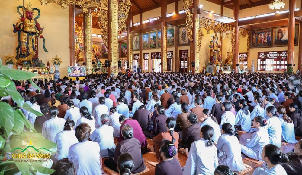 Tại tầng 2 chính Điện, Phật tử chăm chú lắng nghe những dòng Pháp nhũ