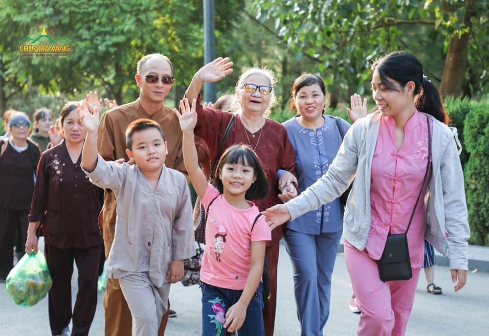 Không chỉ thế hệ già đi chùa mà còn có cả thế hệ trẻ về chùa tham dự ngày tu bát quan trai giới