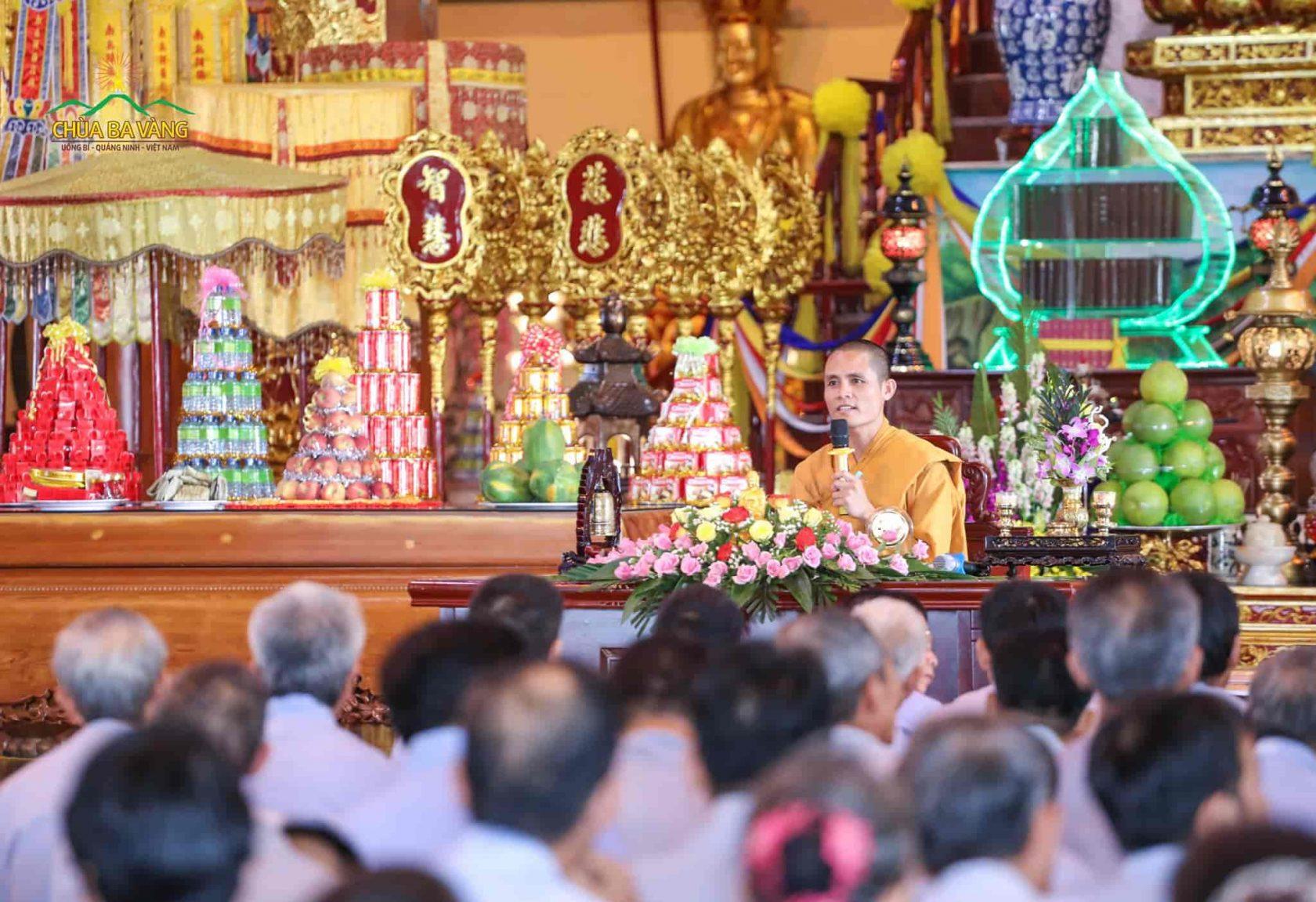Đại đức Giới Sư Thích Trúc Bảo Năng quang lâm Chính điện để truyền trao Bát Quan Trai Giới và hướng dẫn các Phật tử