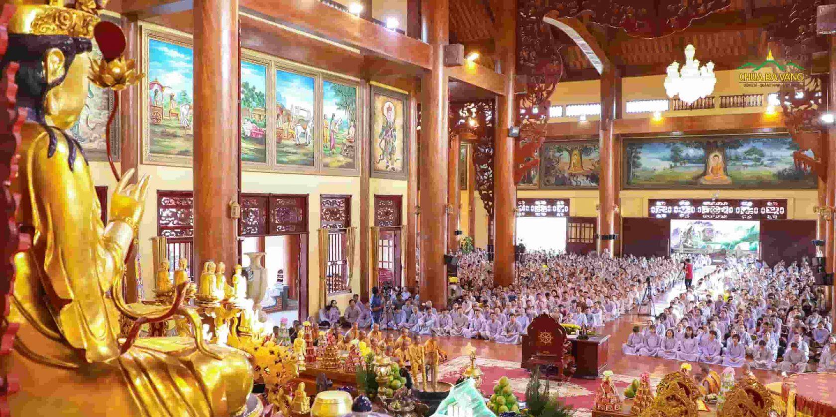 Đông đảo Phật tử về chùa nghe Pháp tại tầng 2 Chính điện Chùa Ba Vàng