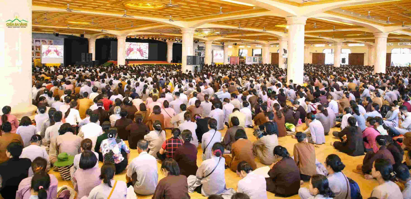 Tại Đại giảng đường, Phật tử chăm chú nghe những dòng Pháp nhũ của Sư Phụ Thích Trúc Thái Minh