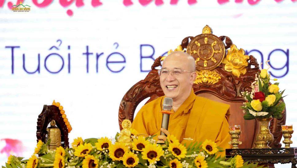 Sư Phụ Thích Trúc Thái Minh quang lâm pháp tòa để truyền trao cho các bạn khóa sinh những dòng Pháp nhũ quý báu
