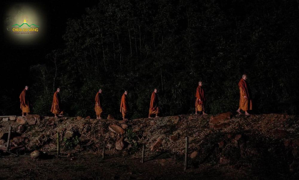 Chư Tăng chùa Ba Vàng thiền hành trong đêm