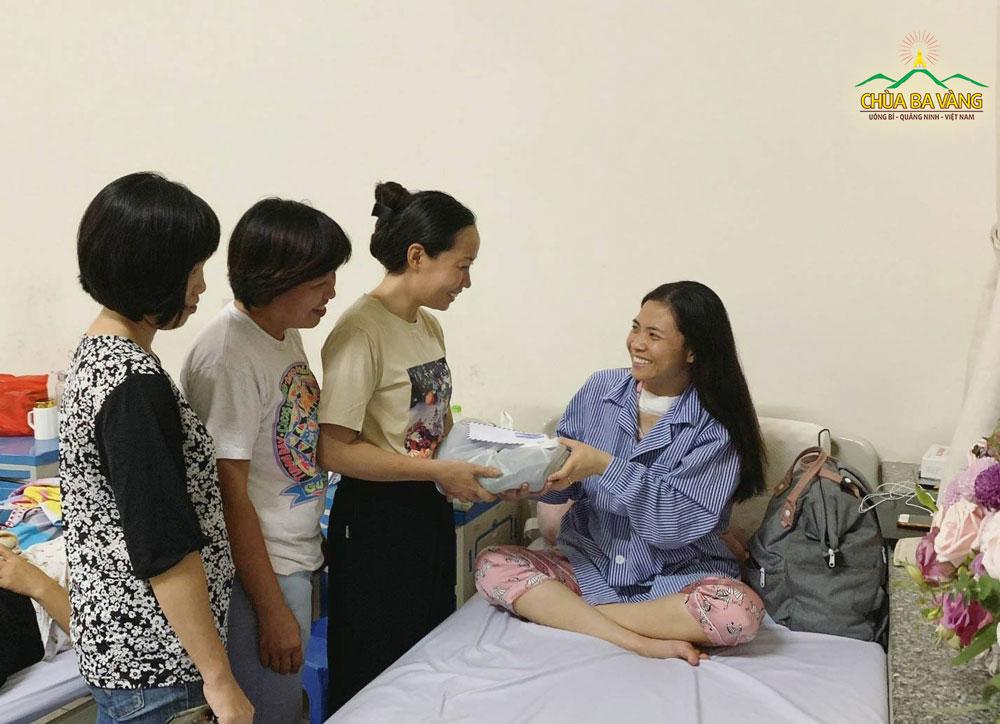 Phật tử chùa Ba Vàng hỏi thăm sức khỏe khi đạo hữu của mình bị ốm