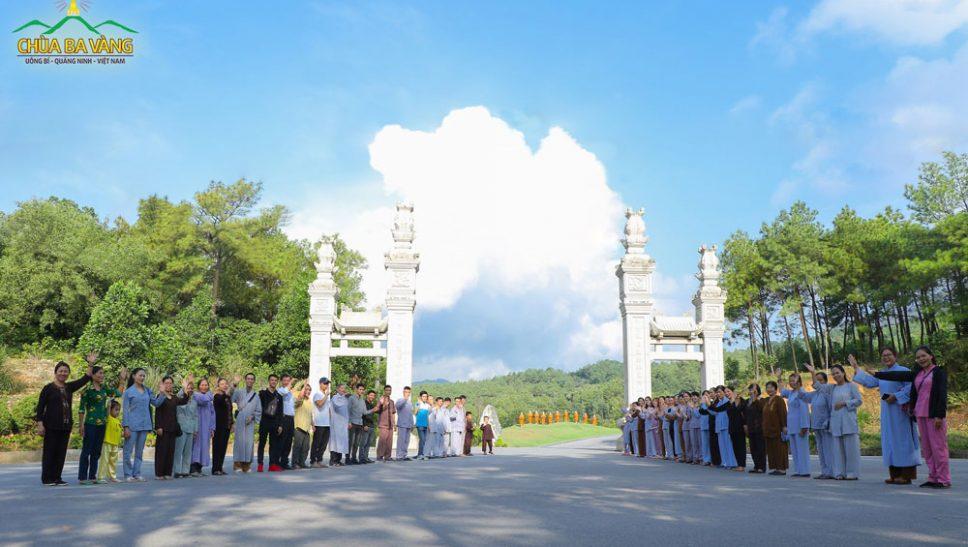 Phật tử chùa Ba Vàng cùng nhau về chùa tham dự thời khóa tu học định kỳ