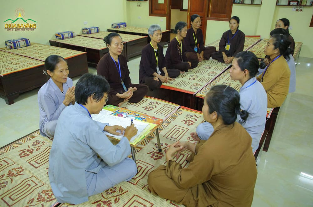 Phật tử chùa Ba Vàng thực hành Pháp Lục hòa, cùng lắng nghe ý kiến của nhau khi có một ai đó đưa ra ý kiến
