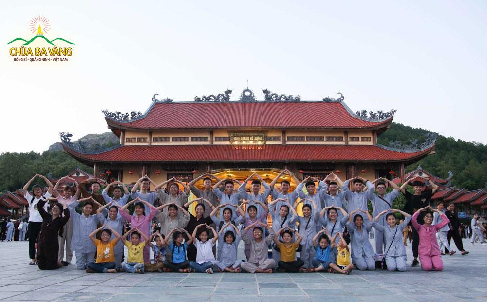 Các bạn trẻ thuộc thành viên CLB Tuổi Trẻ Ba Vàng cũng rất tích cực tham gia các hoạt động tu học tại chùa