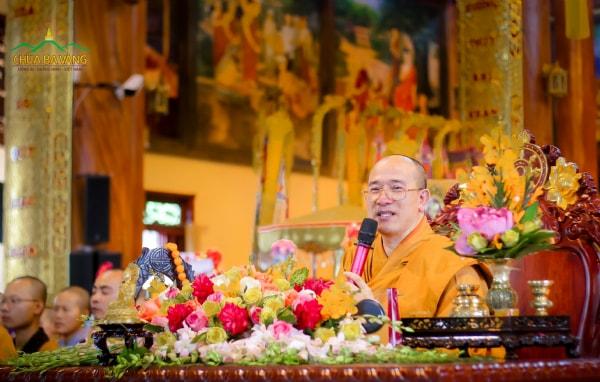"""Sư Phụ Thích Trúc Thái Minh từ mẫn giảng giải bài kinh """"Mẹ Vua Ba Tư Nặc Chết"""" trong buổi lễ Vu Lan."""