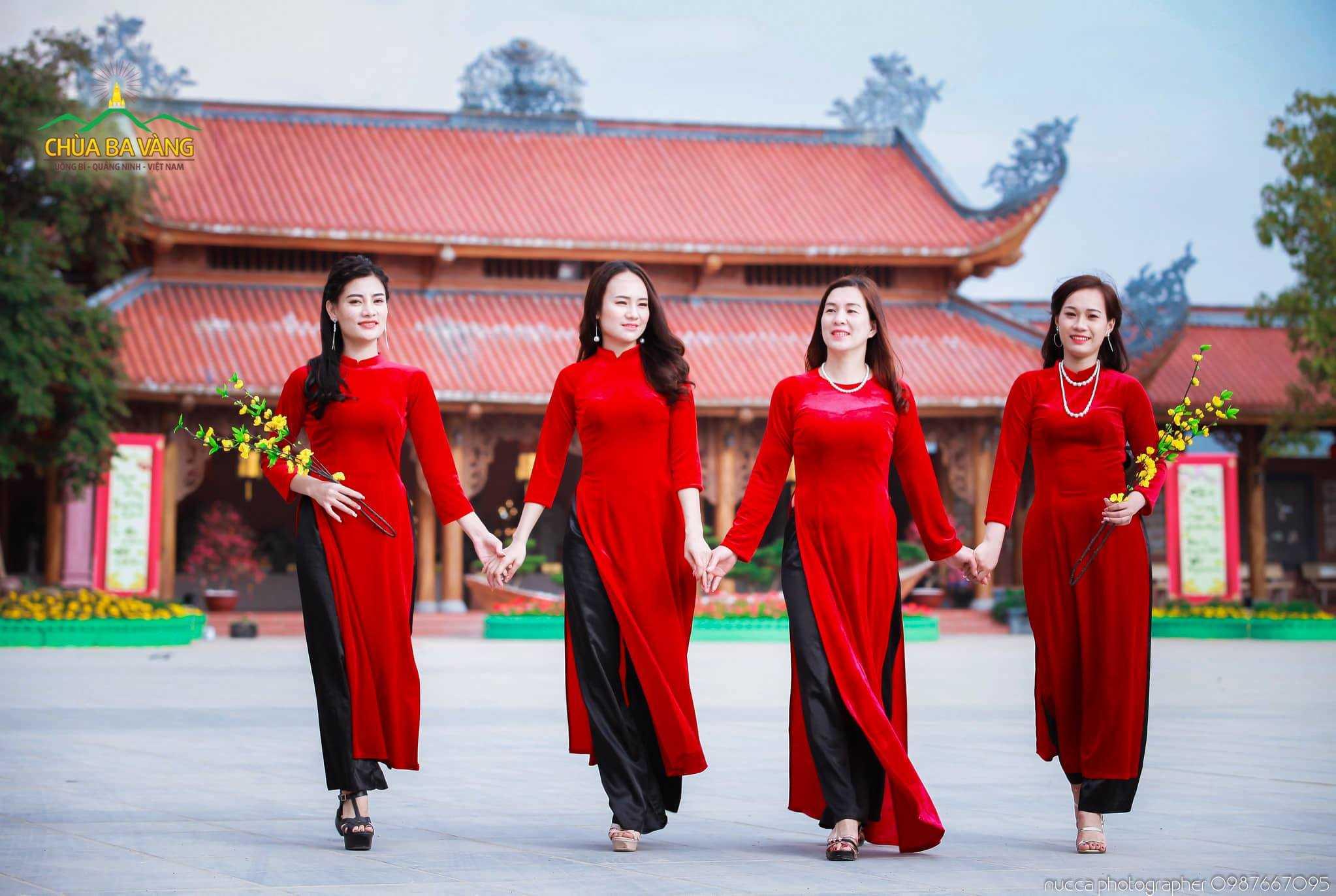 Vào dịp lễ Tết rất nhiều các chị em phụ nữ về chùa để tham quan vãn cảnh với sắc xuân Ba Vàng