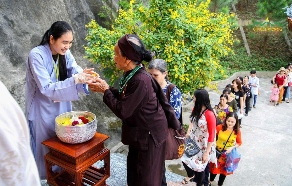 Phật tử chùa Ba Vàng hân hoan khi được làm phận sự của mình tại chùa