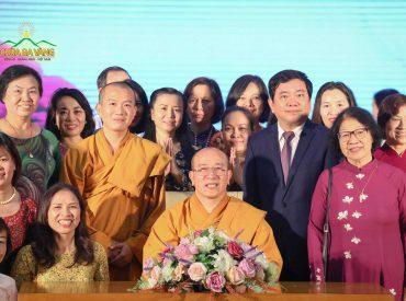 Sư Phụ Thích Trúc Thái Minh trong buổi giao lưu, gặp gỡ tại trường Kinh tế Quốc dân