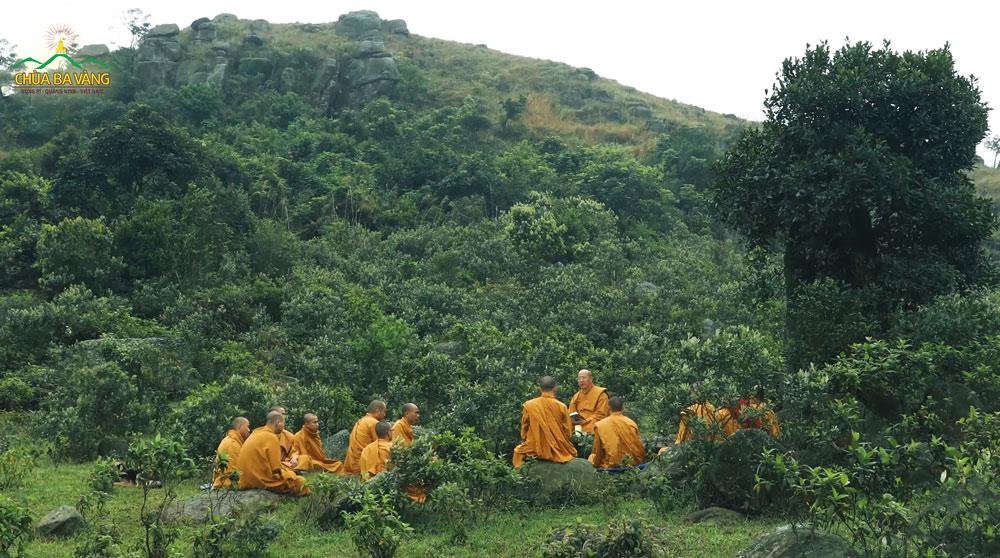 Sư Phụ Thích Trúc Thái Minh giảng Pháp cho các đệ tử ở trong rừng