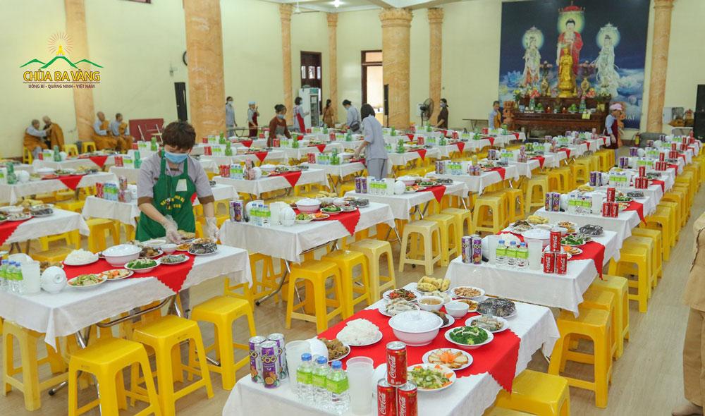 Phật tử chuẩn bị những suất cơm chay trong buổi lễ hằng Thuận