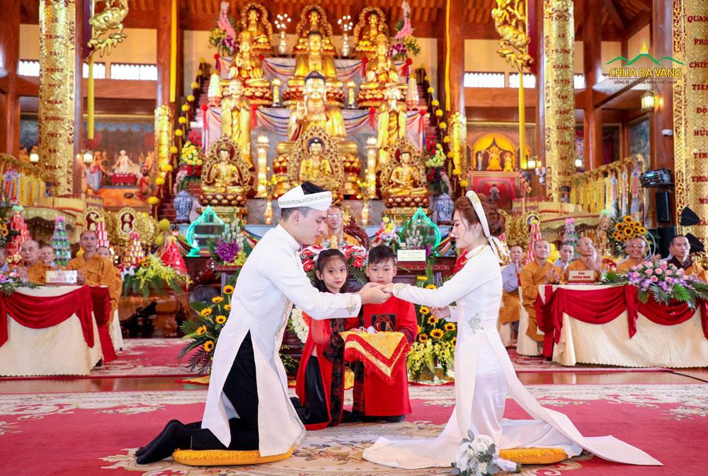 Cô dâu chú rể trao nhẫn cưới cho nhau trong buổi lễ Hằng Thuận