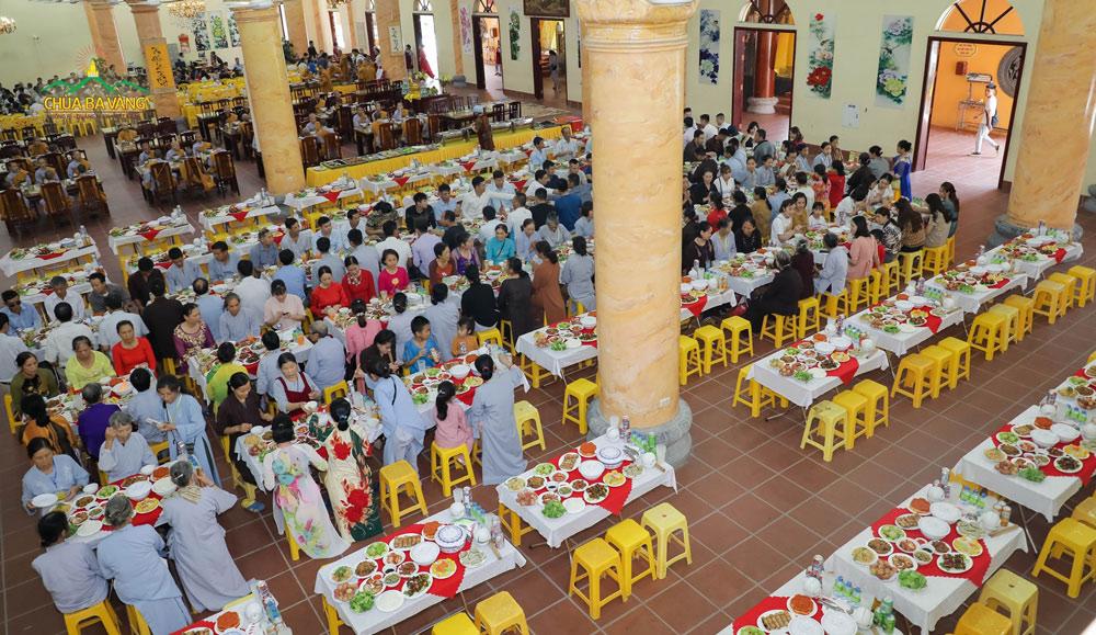 Những suất cơm chay tại buổi Lễ Hằng Thuận tại chùa Ba Vàng