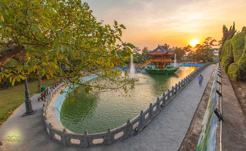 Hồ Bán Nguyệt chùa Ba Vàng những ngày cuối thu