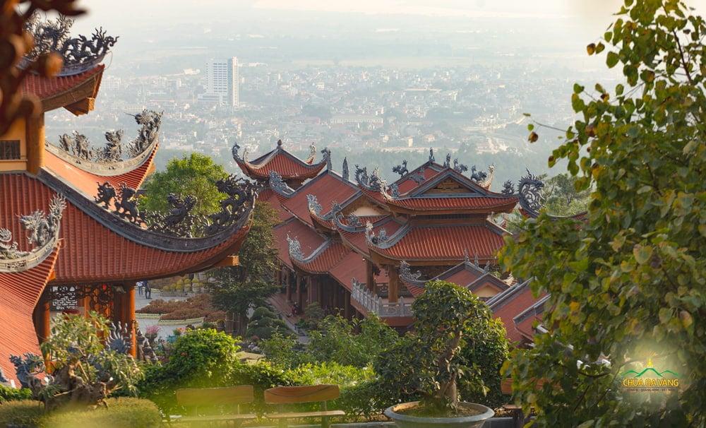 Một góc thành phố Uông Bí - Quảng Ninh nhìn từ chùa Ba Vàng xuống