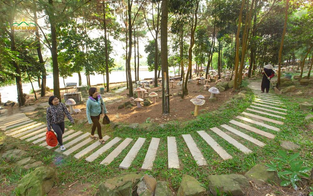 Con đường mà các du khách thập phương đi, được quét dọn bởi chính các cô bác Phật tử làm công quả tại chùa