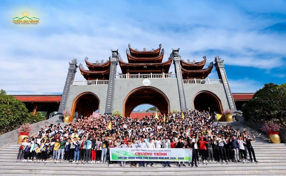 Thầy cô giáo và hơn 700 em học sinh trường THPT Nguyễn Công Hoan chụp ảnh kỷ niệm tại Cổng Tam Quan chùa Ba Vàng
