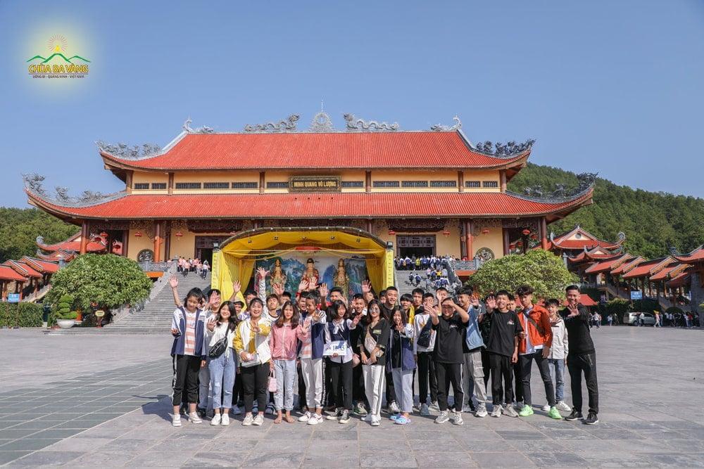 Các bạn học sinh trường Nguyễn Công Hoan chào tạm biệt chùa Ba Vàng và hẹn gặp lại chùa Ba Vàng vào dịp tham quan lần tới