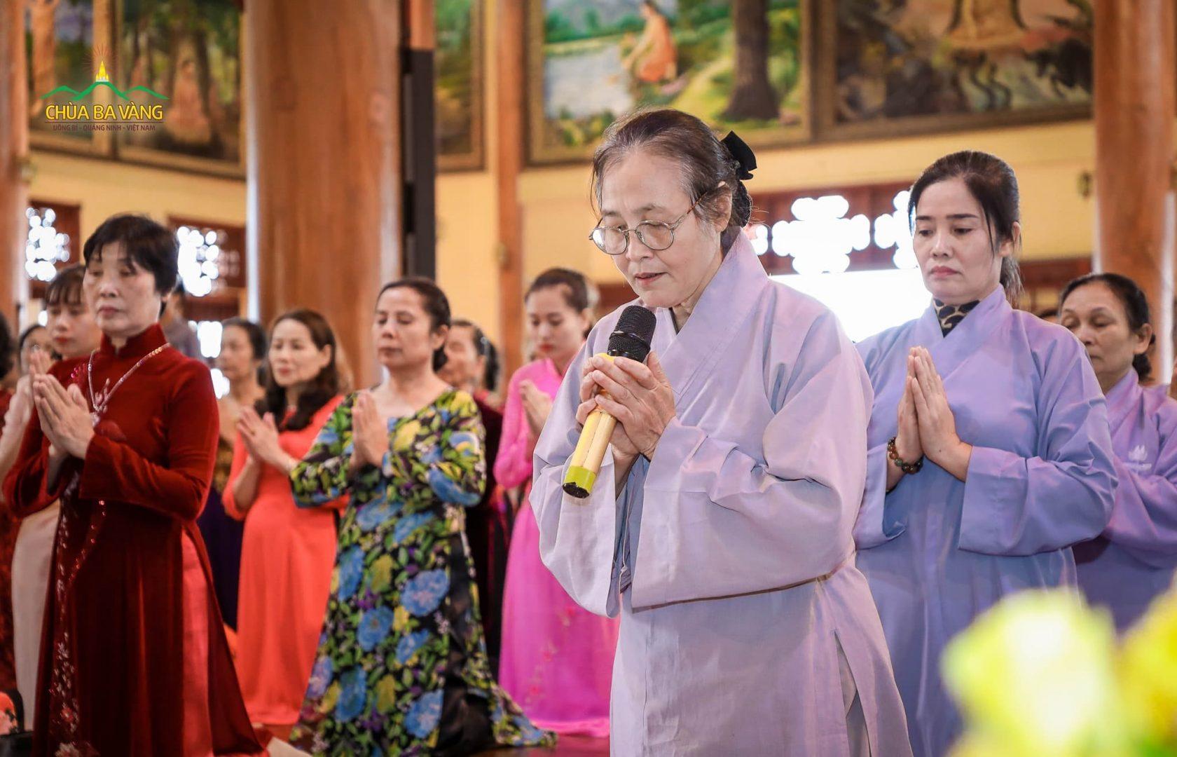 Đại diện Phật tử đạo tràng dâng lời tác bạch tới Sư Phụ Thích Trúc Thái Minh