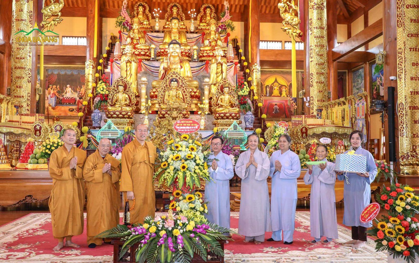 Các Phật tử thuộc đạo tràng Minh Tân - Minh Thuận - Bảo Chân thành kính cúng dường Sư Phụ những lẵng hoa tươi thắm