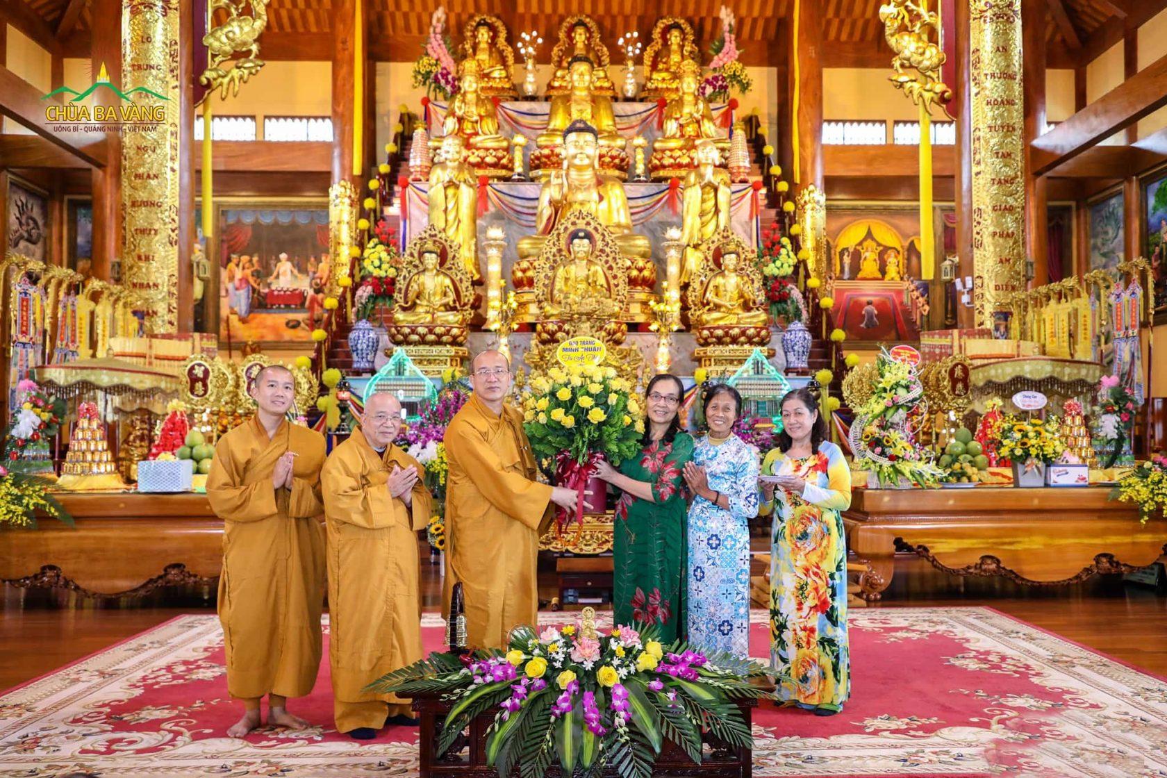 Phật tử đạo tràng Minh Thuận dâng những đóa hoa tươi thắm tới Sư Phụ Thích Trúc Thái Minh