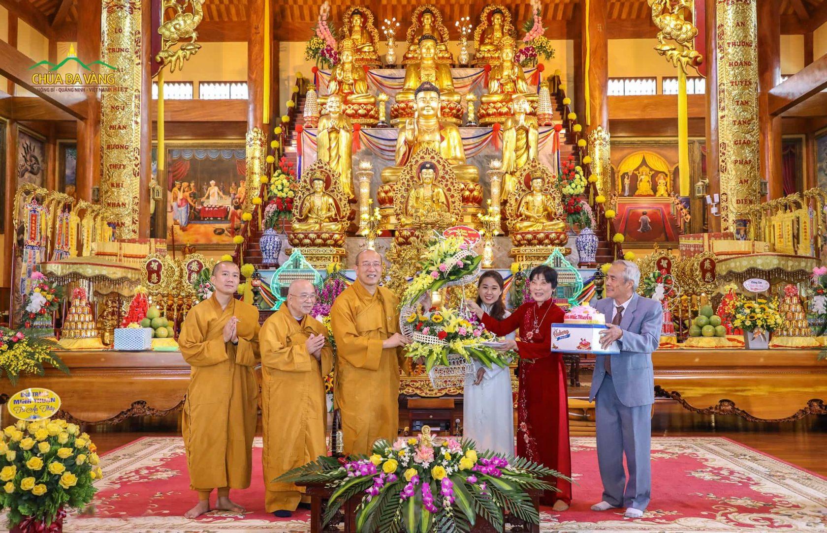 Phật tử đạo tràng Phúc Truyền - Mạo Khê thành kính tặng Sư Phụ những đóa hoa tri ân tươi thắm