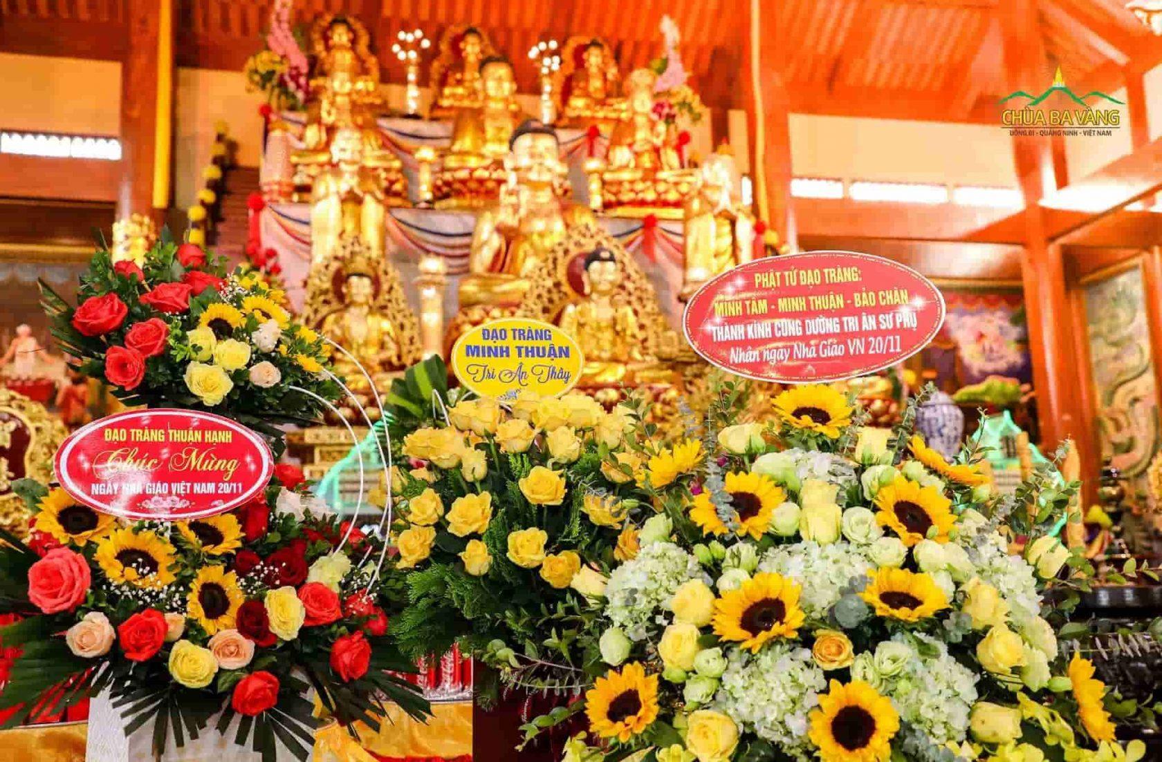Các đạo tràng dâng những lẵng hoa tươi thắm cúng dường tới Sư Phụ Thích Trúc Thái Minh nhân ngày Nhà Giáo Việt Nam