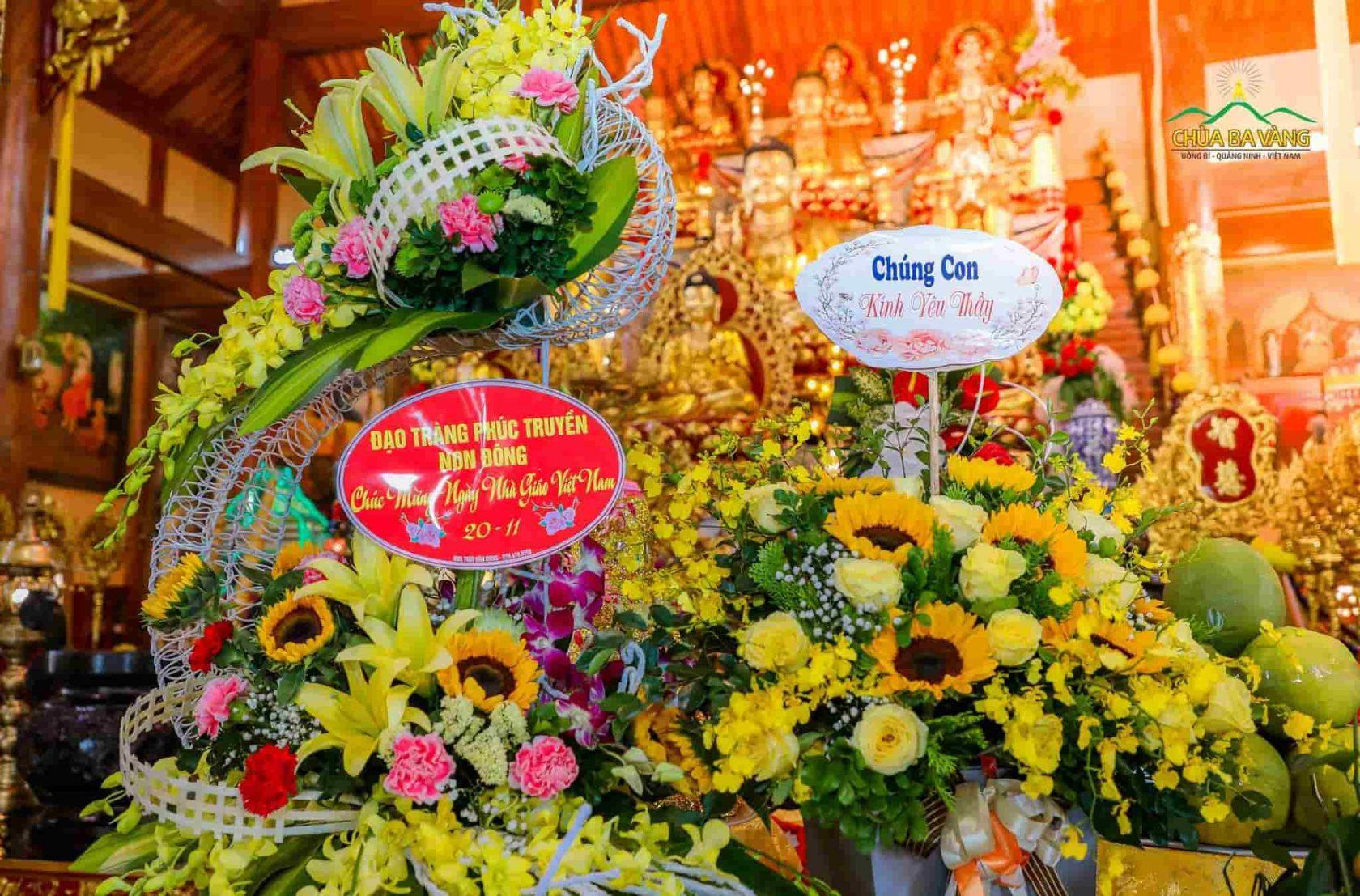 Những lẵng hoa tươi thắm do chính các Đạo tràng cúng dường lên Sư Phụ Thích Trúc Thái Minh