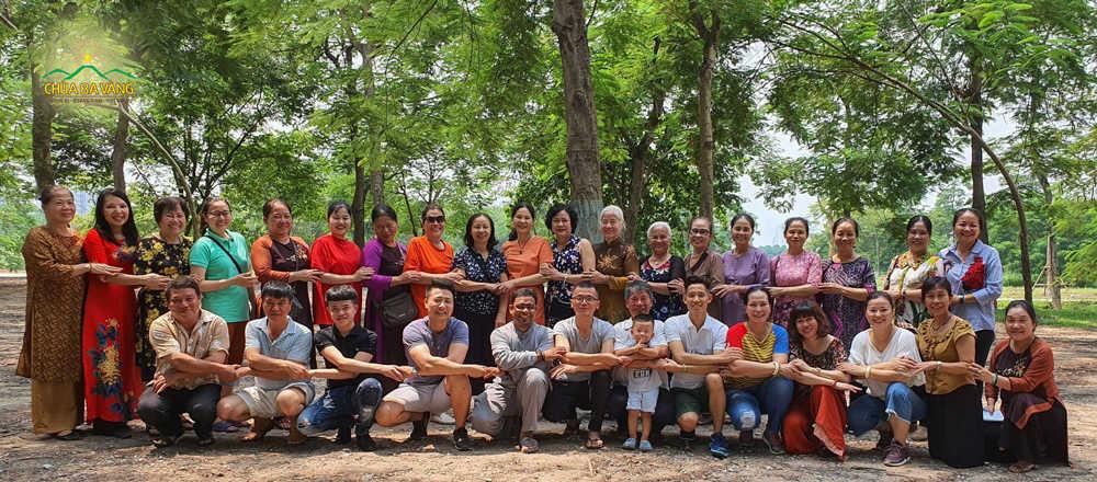 Phật tử CLB Cúc Vàng Tập Tu Lục Hòa cùng nhau tổ chức các buổi dã ngoại để gắn kết tình đạo hữu với nhau hơn